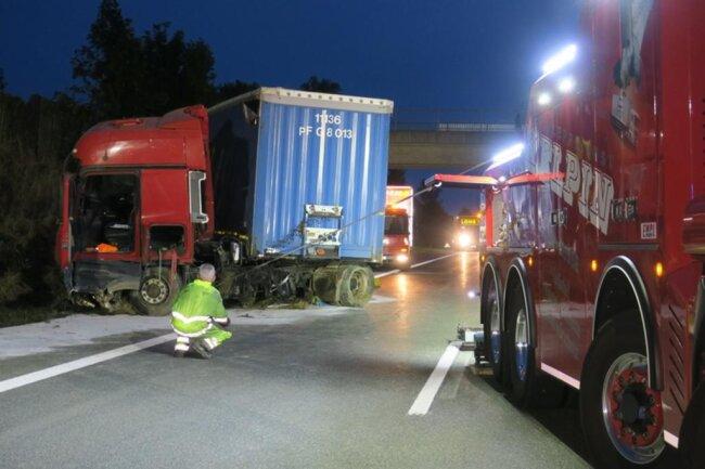 <p>Dabei wurde der 53-jährige Fahrer schwer verletzt und vom Rettungsdienst ins Krankenhaus gebracht.</p>