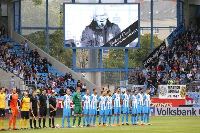"""<p>Vor der Partie gab es eine Schweigeminute für das Urgestein der Chemnitzer Fußballszene, <span class=""""img-info"""">CFC-Ehrenmitglied </span> Gerhard Oertel.</p>"""