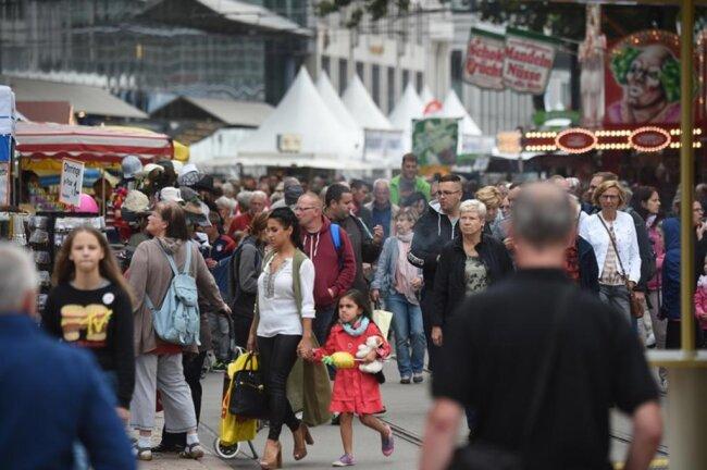 <p>Gewimmel im Zentrum: Auf dem Weg Richtung Markt lockten zahlreiche kulinarische Versuchungen.</p>