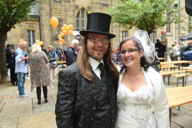 """<p>Susann und René Böhme kamen in Hochzeitsanzug, um begehrte Karten für ein Stück des Fresstheaters zu gewinnen: die """"Klaffenbacher Hochzeits-Gala"""".</p>"""