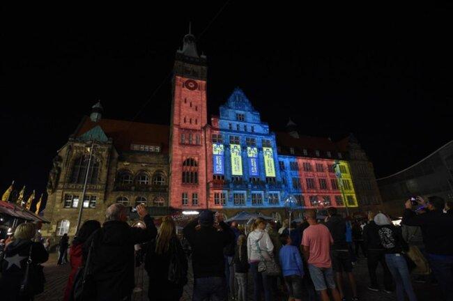 <p>Nur fünf Minuten dauerte das Spektakel, bei dem das Rathaus in buntes Licht getaucht wurde.</p>