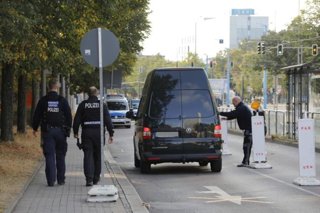 <p>Polizeibeamte konnten während der Fahndungsmaßnahmen zwei 22 und 23 Jahre alte Männer stellen, die sich zuvor vom Tatort entfernt hatten.</p>
