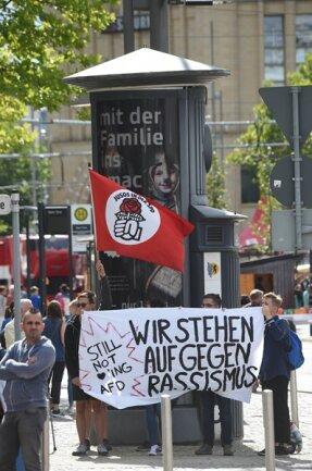 <p>Auch Protest gegen die Demo am Tatort formierte sich.</p>