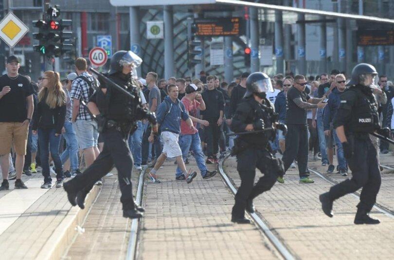"""<p>Unter der Überschrift """"Unsere Stadt - unsere Regeln"""" hatte unter anderem die Gruppe Kaotic Chemnitz auf Facebook dazu aufgerufen """"zu zeigen, wer in der Stadt das sagen hat.""""</p>"""