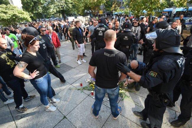 <p>Schon zuvor hatte es am Tatort der tödlichen Auseinandersetzung eine Kundgebung von AfD und Pegida gegeben.</p>