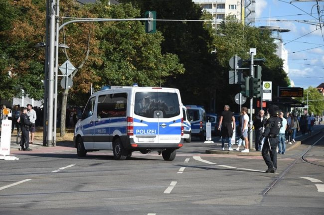 <p>Die Polizei konnte eine weitere Eskalation der Situation bis zum Abend verhindern, nicht zuletzt, weil im Laufe des späteren Nachmittags zahlreiche weitere Polizisten in Chemnitz zusammengezogen wurden.</p>