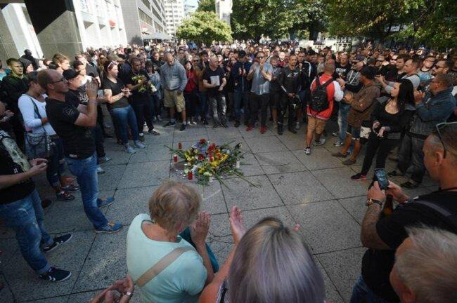 <p>An einer Kundgebung der AfD in der Nähe des Tatortes beteiligten sich am frühen Nachmittag rund 100 Menschen. Diese Veranstaltung blieb laut Polizei störungsfrei.</p>