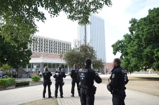 <p>Mehr als ein Dutzend Polizeiautos bezogenam Park Stellung.</p>