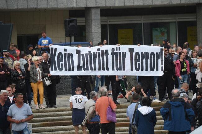 <p>Teilnehmer der Pro-Chemnitz Demonstration vor dem Karl-Marx-Monument.</p>