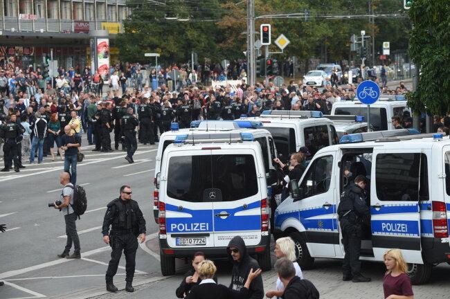 <p>Die Polizei riegelte die Straßen-Zugänge zur Innenstadt ab.</p>