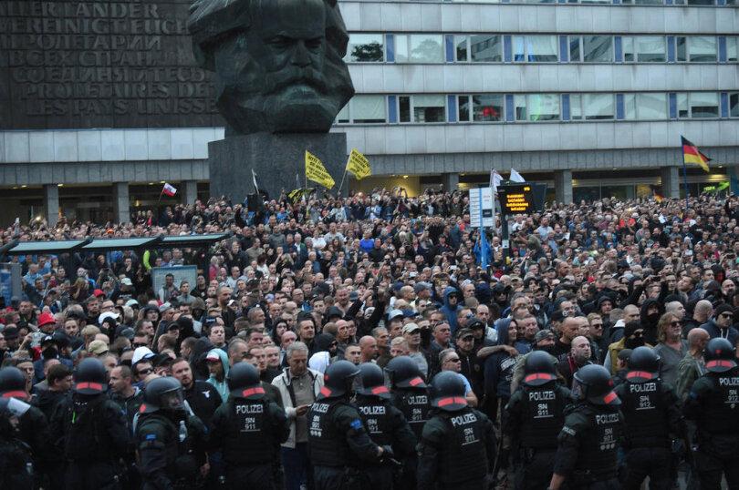 <p>Tausende Demonstranten und Gegendemonstranten standen sich am Montagnachmittag in der Chemnitzer Innenstadt gegenüber.&nbsp;</p>