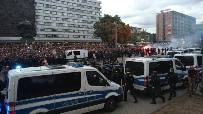 <p>Vorausgegangen war den Protesten der Todeines 35-Jährigen am Rande des Stadtfestes in der Nacht zu Sonntag.</p>