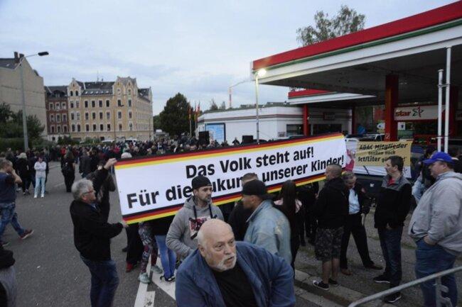 <p>Nahe dem Stadion versammelten sich Anhänger von Pro Chemnitz.</p>