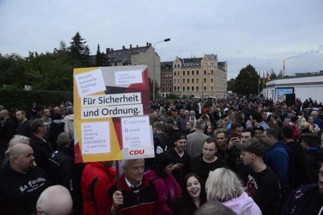 <p>Die Versammlungsbehörde sprach von 900 Teilnehmern.</p>