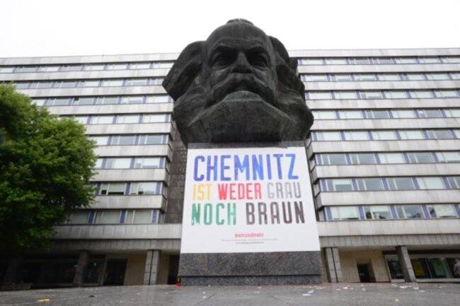 """<p>""""Chemnitz ist weder grau noch braun"""" - mit dieser Botschaft setzen <a href=""""https://www.freiepresse.de/chemnitz/chemnitzer-wirtschaft-zeigt-flagge-artikel10300620"""">Chemnitzer Bürger, Unternehmer und Wissenschaftler</a> seit Samstag unter anderem am """"Nischel"""", dem Marx-Monument, ein Zeichen gegen das Image von Chemnitz als Hotspot von Rechtsradikalen. Auf der Internetseite der Initiative #wirsindmehr heißt es: """"Womit wir nicht leben können, sind Hass, Gewalt, Intoleranz und vor allem Wegschauen."""" Das sei der Nährboden, auf dem Demokratiefeindlichkeit wachse. """"Das macht Angst. Aber aus der entsteht der Mut, den es jetzt von uns Bürgern braucht.""""</p>"""