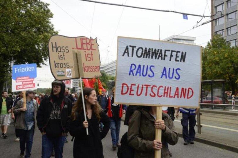 """<p><span class=""""img-info"""">Rund 50 Menschen beteiligten sich am Mittag an einer Demonstration von Friedensgruppen zum heutigen Weltfriedenstag in der Innenstadt.</span></p>"""