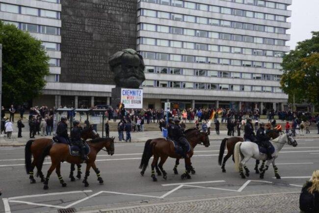 <p>Die Polizei patroullierte mit einer Reiterstaffel vor dem Karl-Marx-Monument. Dort sammelten sich die Teilnehmer der von Pro Chemnitz organisierten Demonstration.</p>