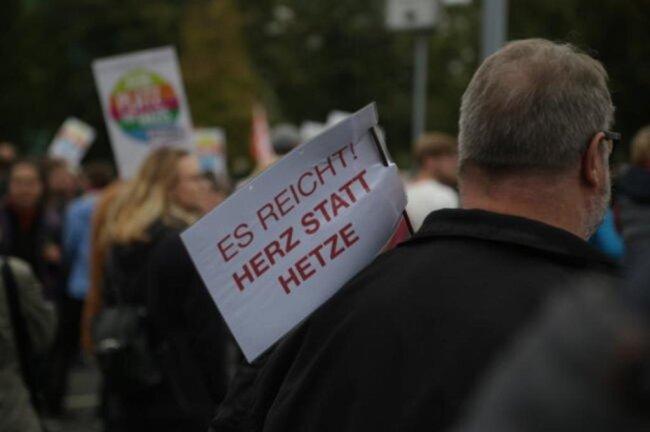 """<p><span class=""""img-info"""">70 Initiativen hatten zur Demo unter dem Motto """"Herz statt Hetze"""" aufgerufen. </span></p>"""