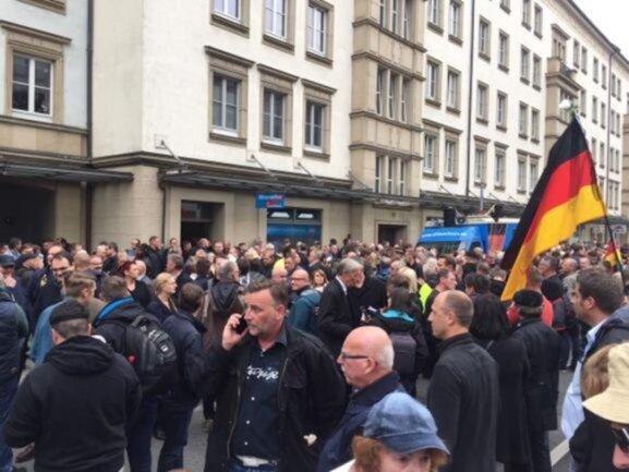 <p>Derweil sammelten sich an der Theaterstraße vor dem AfD-Büro mehrere tausend Teilnehmer zum von der AfD angemeldeten Schweigemarsch. Auch Lutz Bachmann ist dabei.</p>