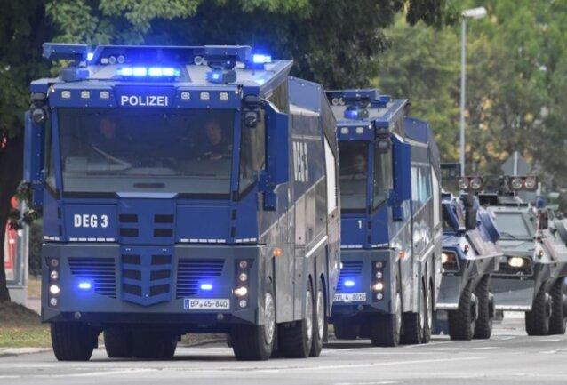 <p>Wasserwerfer der Polizei stehen vor Beginn der Kundgebung der rechtspopulistischen Bürgerbewegung Pro Chemnitz in der Nähe des Karl-Marx-Denkmals bereit.</p>
