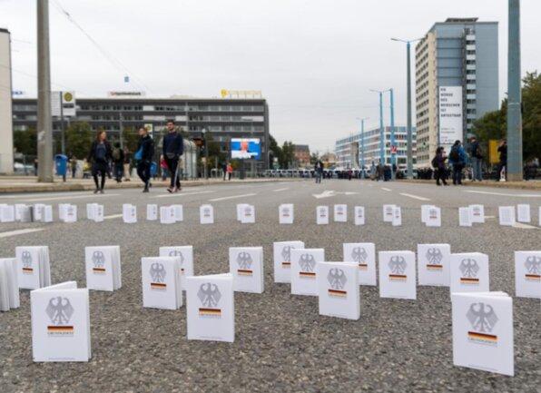 <p>Zahlreiche Grundgesetzbücher stehen auf der Bahnhofstraße in der Nähe der Kundgebung des Bündnisses Chemnitz Nazifrei unter dem Motto «Herz statt Hetze».</p>