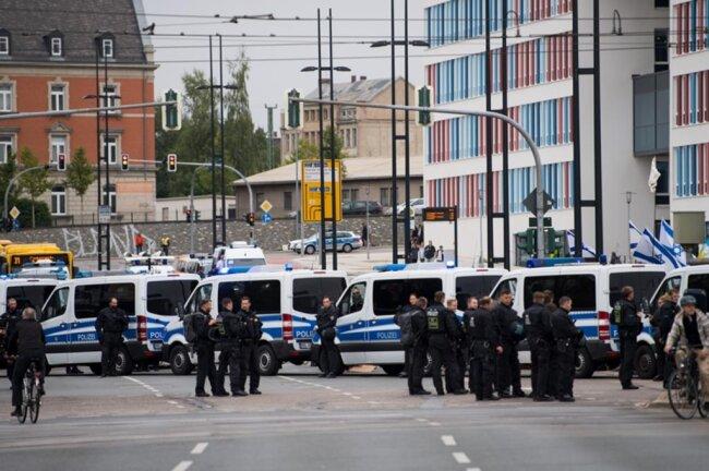<p>Polizisten sicherten die Kundgebung des Bündnisses Chemnitz Nazifrei unter dem Motto «Herz statt Hetze» ab.</p>