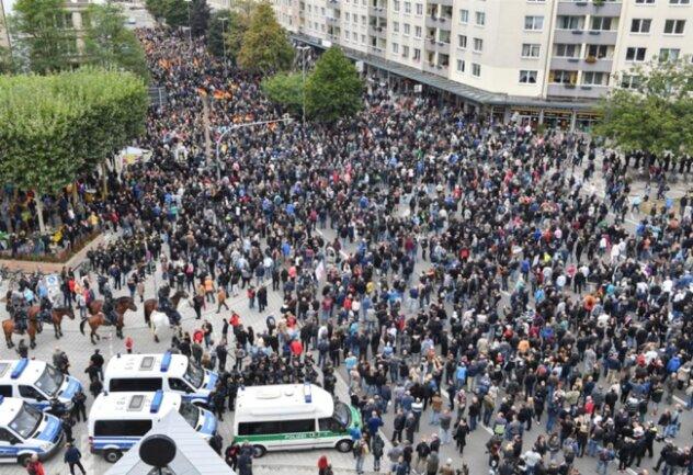 <p>Teilnehmer der Kundgebung der rechtspopulistischen Bürgerbewegung Pro Chemnitz marschieren gemeinsam mit den Teilnehmern der Demonstration von AfD und dem ausländerfeindlichen Bündnis Pegida durch die Stadt.</p>