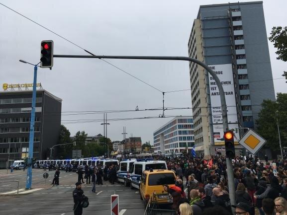 <p>Die Polizei riegelte mit Fahrzeugen den Kreuzungsbereich an der Bahnhofstraße/Augustusburgerstraße ab.</p>
