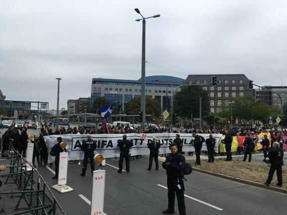 """<p><span class=""""img-info"""">Auch sie wollten sich entgegenstellen: Blockade am Johannisplatz.</span></p>"""