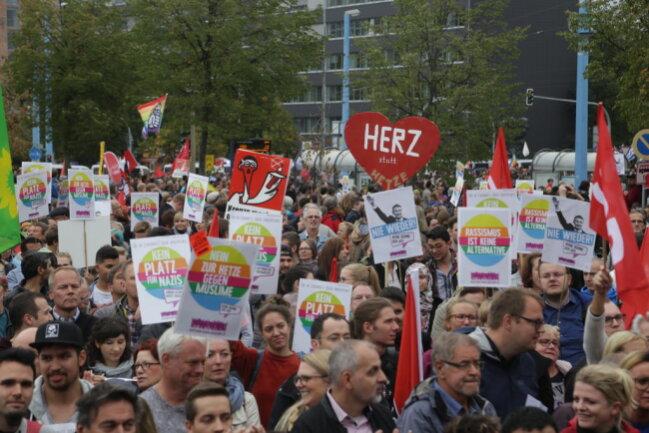 """<p>Die """"Herz statt Hetze""""-Demonstranten auf dem Johannisparkplatz.</p>"""