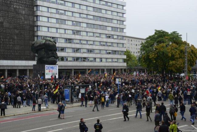 <p>Teilnehmer der Demo von Pro Chemnitz vor dem Karl-Marx-Kopf.</p>