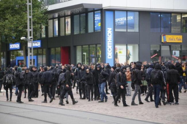 """<p>Alerta""""-Rufe: Mutmaßliche Antifa-Mitglieder versuchen, an der Straße der Nationen in Richtung Marx-Monument an der Polizei vorbei zu rennen...</p>"""