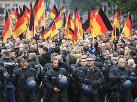 Polizisten schirmen die Demonstration von AfD, Pegida und Pro Chemnitz ab.