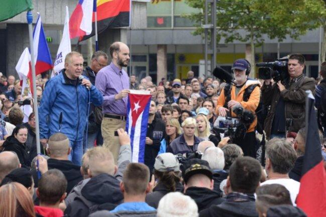 <p>Am Karl-Marx-Monument erklärte Martin Kohlmann von Pro Chemnitz, während die AfD zum Schweigemarsch einlade, schweige man bei Pro Chemnitz nicht. Vor Ort wurden neben Sachsen- und Deutschlandflaggen auch kubanische Flaggen geschwenkt.</p>