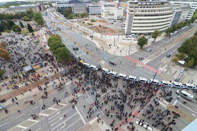 <p>Gegendemonstranten versammelten sich an der Kreuzung Brückenstraße/Bahnhofstraße.</p>