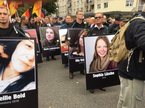 """<p>Vertreter des Orga-Teams bei der <a class=""""internal-article-link"""" href=""""https://www.freiepresse.de/thema/AfD"""" title=""""Nachrichten zu: AfD"""">AfD</a> erklären, bei den auf Plakaten gezeigten Frauen handele es sich um Opfer abgelehnter Asylbewerber. Sophia L. wurde jedoch nicht Opfer eines abgelehnten Asylbewerbers.</p>"""