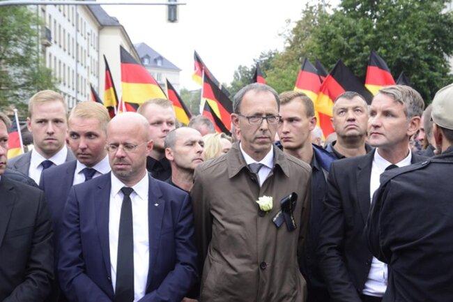 """<p>Mit vertreten: <span>Björn Höcke, einer der beiden Sprecher der AfD <a class=""""internal-article-link"""" href=""""https://www.freiepresse.de/thema/Th%C3%BCringen"""" title=""""Nachrichten für den Ort: Thüringen"""">Thüringen</a>. </span></p>"""