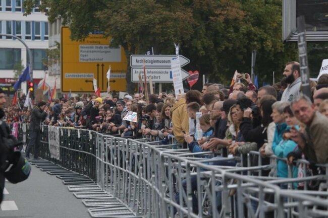 <p>Gegendemonstranten haben die Kreuzung Zschopauer Straße/Bahnhofstraße dicht gemacht.</p>