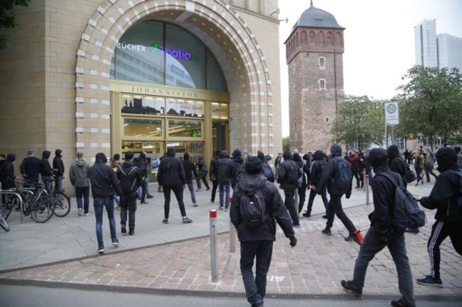 <p>... aber die Polizei stellt den schwarzen Block am Rawema-Gebäude. Es handelt sich um 100 Gegendemonstranten.</p>