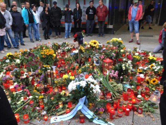 <p>Die Gedenkstelle für Daniel H. an der Brückenstraße, der in der Nacht zu Sonntag getötet worden ist.</p>