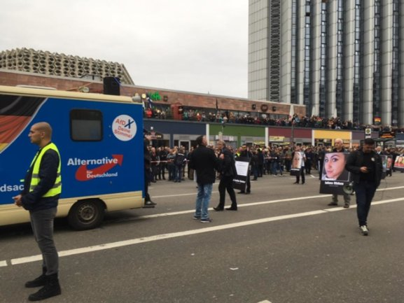 <p>Lutz Bachmann filmte die Demonstration.</p>