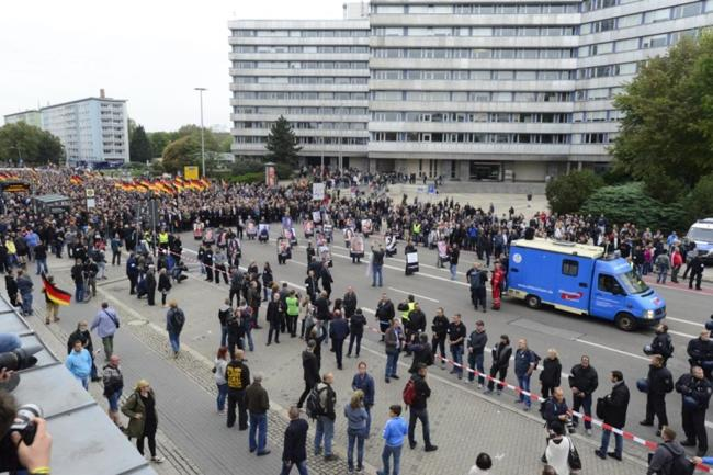 <p>Am Karl-Marx-Monument steckte der AfD-Zug fest.</p>
