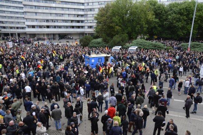 <p>... laut Polizei sei die Versammlungszeit der AfD-Demo überschritten.</p>