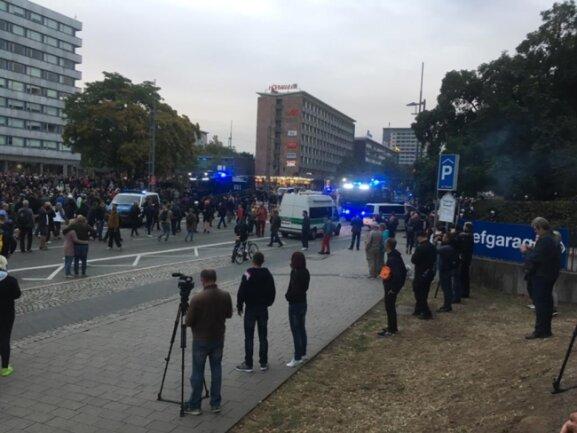 """<p>Mittlerweile haben sich die Wasserwerfer und gepanzerte Fahrzeuge der Polizei in Richtung des AfD-Lagers gedreht. Demo und Polizei trennen 50 Meter. """"Widerstand!! Widerstand!"""", brüllt die Menge.</p>"""