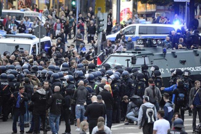 <p>Die Polizei fährt in die AfD-Demo.</p>
