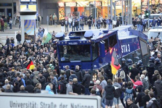 """<p>""""Wir bleiben hier!"""" Teilnehmer der aufgelösten AfD-Demo wollen die Kreuzung trotz mehrfacher Aufforderung der Polizei nicht verlassen. """"Es findet keine Spontandemo statt"""", schallt es durch die Lautsprecher der Polizei.</p>"""