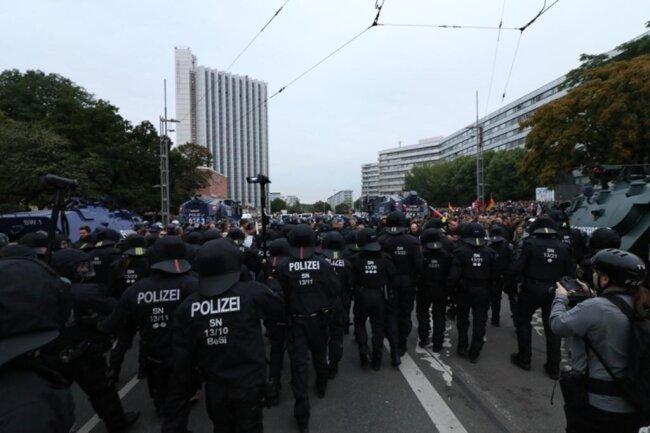 <p>Es kommt zu Rangeleien zwischen der Polizei und AfD.</p>