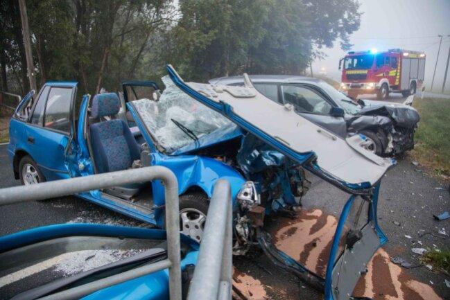 <p>Der 18-jährige Subaru-Fahrer musste von der Feuerwehr aus seinem Fahrzeug befreit werden und kam mit schweren Verletzungen ins Krankenhaus.</p>