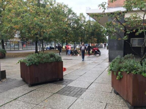 <p>...wurden am Montag übergroße Pflanzkübel aufgestellt. Weitere Gitter sperrten die Fläche ebenfalls ab.</p>