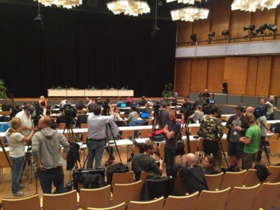 <p>Riesenandrang bei der Pressekonferenz zum Konzert in der Chemnitzer Stadthalle. Etwa 200 Journalisten hatten sich eingefunden. Die Musiker wollten die Beweggründe für ihre Beteiligung am Konzert in Chemnitz darlegen.</p>